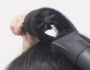 髪が生えている方向とは逆の「前側」に引っ張って髪を立ち上げることがポイント